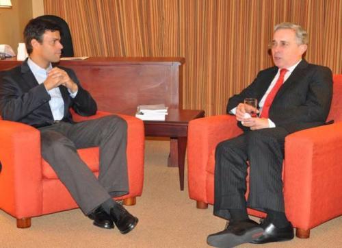 Leopoldo López Mendoza en amable conversación con el narcopolítico colombiano Álvaro Uribe Vélez.