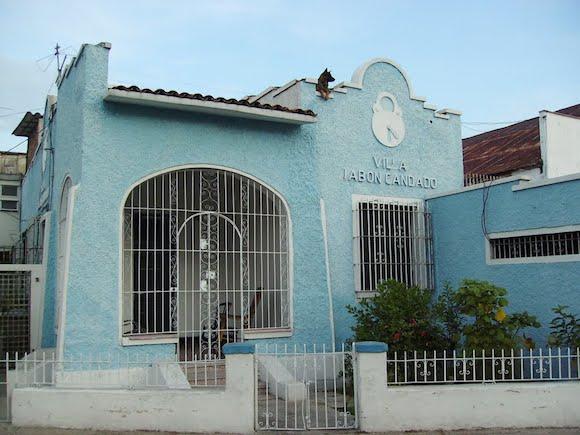 Casas Villa Jabón Candado surge de una campaña muy agresiva de una marca de detergentes, no para hacer casas de interes social, si no para aumentar las ventas y logran pasar a la historia como una de las campañas más éxitosas en la historia de la mercadotécnia cubana.