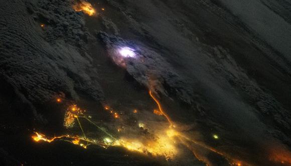 """Estas violentas descargas generan destellos luminosos que conocemos como """"relámpagos"""", visibles en las imágenes de color blanco azulado. Cada segundo, se generan 50 relámpagos sobre la superficie del planeta, o lo que es lo mismo, 4 millones de chispazos al día."""