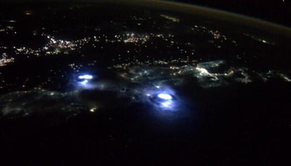 El astronauta Reid Wiseman, miembro de la Expedición 40, que a día de hoy habita la Estación Espacial Internacional, capturó en esta fotografía el destello blanquecino de una tormenta originada sobre Malasia, al sureste de Asia.