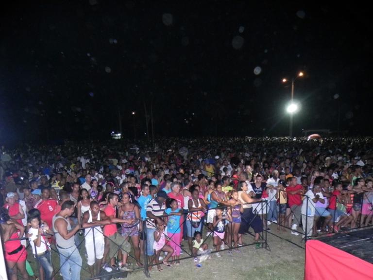 """Miles de personas se dieron cita el sábado 21 de junio, en la Plaza África de Alamar,  para disfrutar  del proyecto """"ARTex de fiesta por los  barrios"""". FOTO: Marianela Dufflar."""