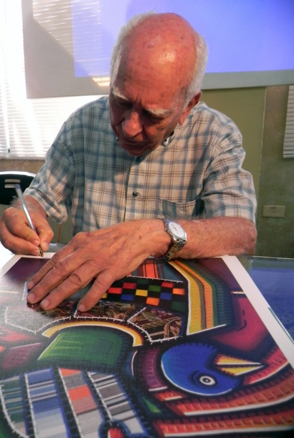 """Con  la presentación de  la carpeta """"La Colección"""", que contiene 12 reproducciones    de Alfredo Sosabravo,   quedó inaugurada  la Feria Arte en La Rampa. Foto: Marianela Dufflar/Cubadebate"""