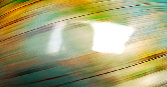 Alejandro Vela Haciendo girar el mundo. Foto de mi globo terraqueo girando. En el reflejo del globo aparezco yo