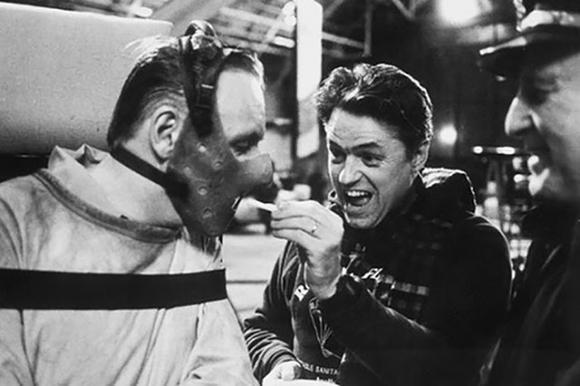 Annibal Lecter comiendo una patata frita durante un break del Silencio de los corderos