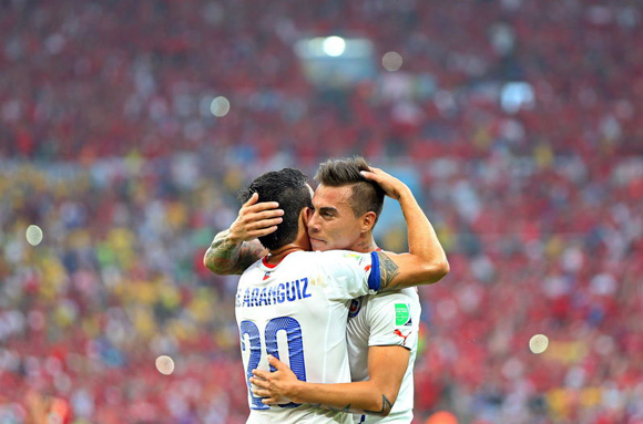 Eduardo Vargas y Charles Aranguiz, los goleadores del segundo partido de Chile. Foto: AP.