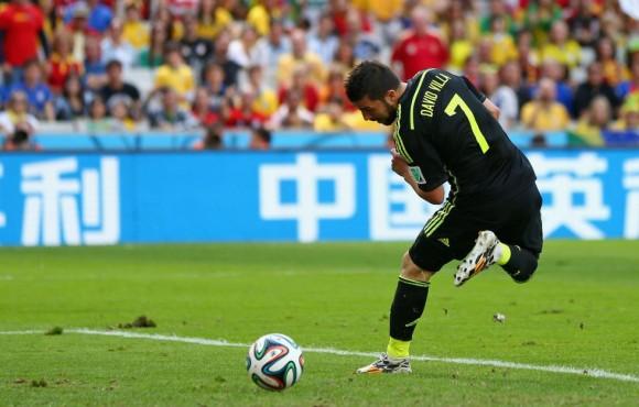 David Villa marca de tacón adelantando a España en el marcador. JEFF GROSS (GETTY IMAGES)
