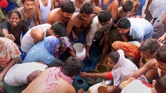 Disputa por agua en la India en medio de una ola de calor. Foto: Reuters
