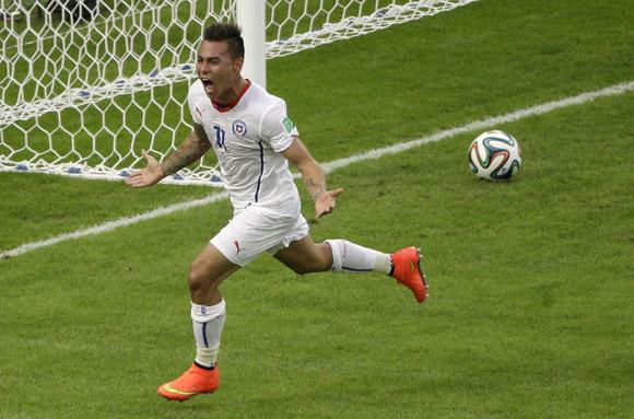 Eduardo Vargas celebra su gol contra España A