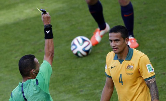 El árbitro le muestra la amarilla a Cahill A