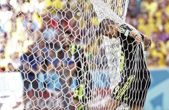 El delantero español Fernando Torres se agarra a la red dentro de la portería de Australia tras fallar una ocasión de gol. ANTONIO LACERDA (EFE)