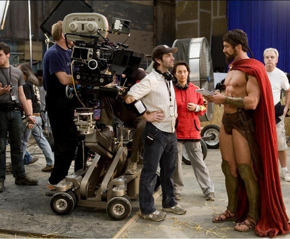 El director de 300, Zack Snyder, se ve pequeño frente a Leónidas