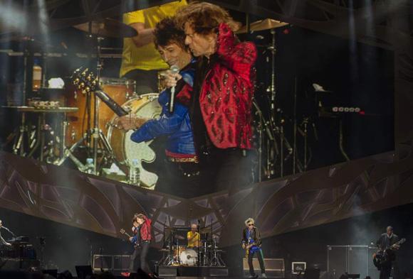 El guitarrista Ron Wood y Mick Jagger durante el concierto ofrecido por los Rolling Stones en Madrid. Foto: EFE.