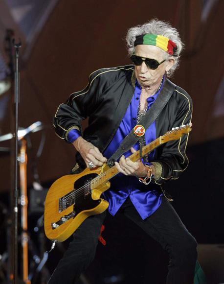 El guitarrista de Rolling Stones, Keith Richards, durante el concierto ofrecido en el estadio Santiago Bernabéu, en Madrid. (EFE)