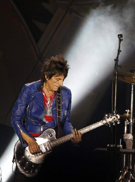 El guitarrista de Rolling Stones, Ron Wood, durante el concierto ofrecido en el estadio Santiago Bernabéu, en Madrid. (EFE)