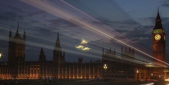 Esta foto del haz de luces creado por un autobús frente al Big Ben en Londres. Leonardo Regoli
