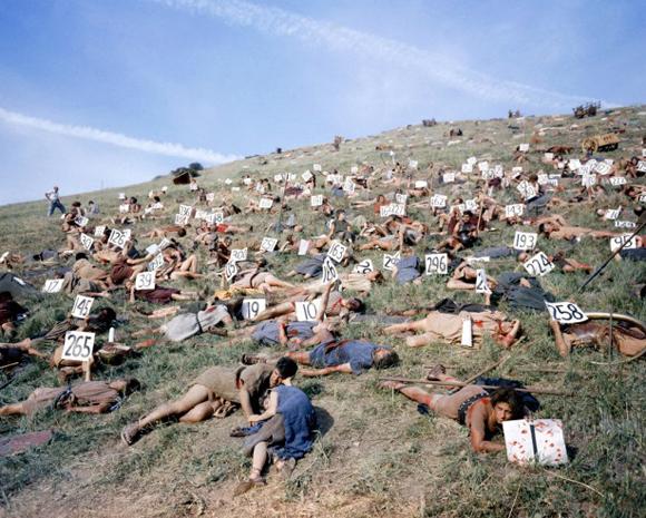 Este grupo de extras se ve muy relajado después de ser víctimas de una de las batallas de la serie Espartaco