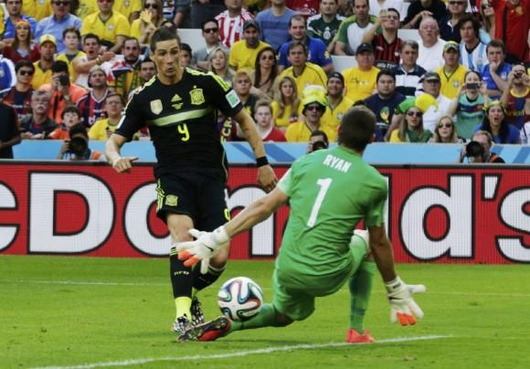 Fernando Torres marca el segundo gol para España engañando al portero australiano Mathew Ryan. HENRY ROMERO (REUTERS)