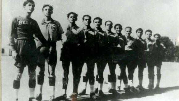 Fidel Castro (el segundo de izquierda a derecha) en el equipo de fútbol del colegio religioso de Belén.