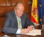 Firma de la carta de renuncia / Foto: AFP
