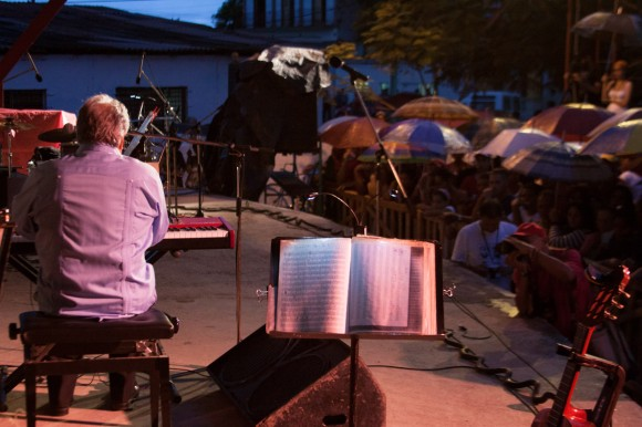 El pianista cubano Frank Fernández se presenta en Mayarí, como parte de la Gira por los barrios, de Silvio Rodríguez. Foto: Alejandro Ramírez Anderson.