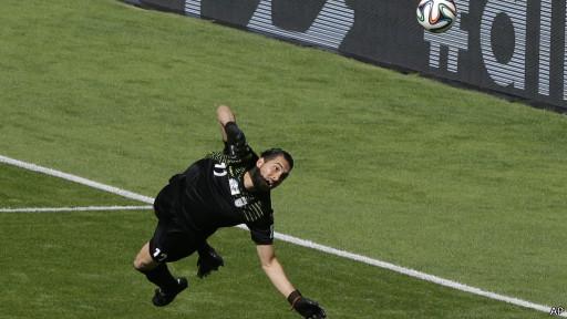 Haghighi respondió en un par de ocasiones que tuvo que intervenir en el partido hasta ahora. Argentina tiene el balón pero sin llegar con claridad.