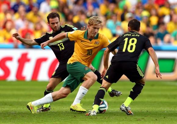 El jugador australiano Ben Halloran controla el balón entre Juan Mata (i) y Jordi Alba. CAMERON SPENCER (GETTY IMAGES)