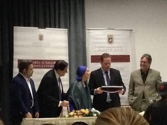 Alicia Alonso recibe el homenaje del Secretario de Estado de Puerto Rico David Bernier. Foto tomada con el móvil: Eieri Ossorio, colaborador de Cubadebate