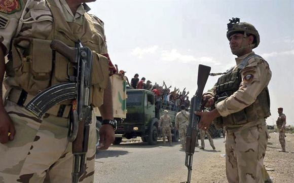 Soldados iraquíes transportan voluntarios a la base de Muthanna en Bagdad, Iraq. Foto: AFP