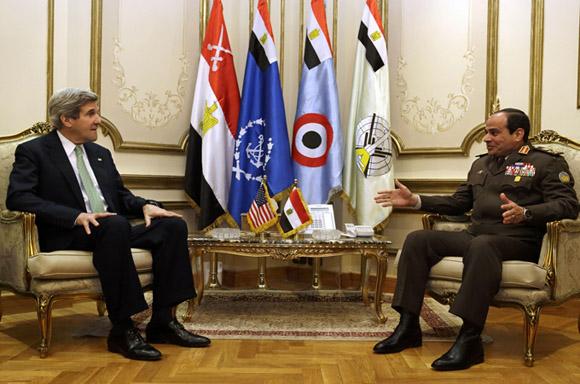 John Kerry y  Abdul Fattah al Sisi en un encuentro cuando el ahora presidente egipcio era Comandante del Ejército. Foto: AFP (Archivo).