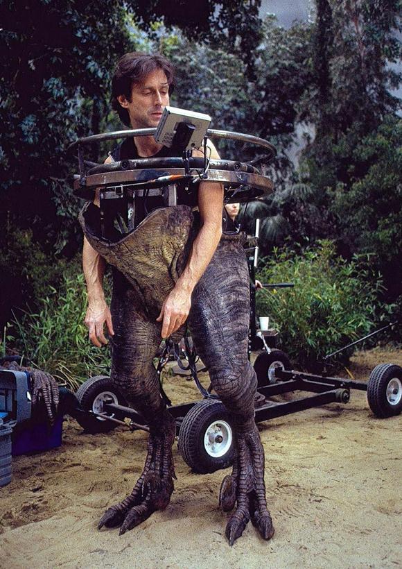 John Rosengrant, experto en efectos especiales, maneja un traje de los que salieron en Jurasic Park III