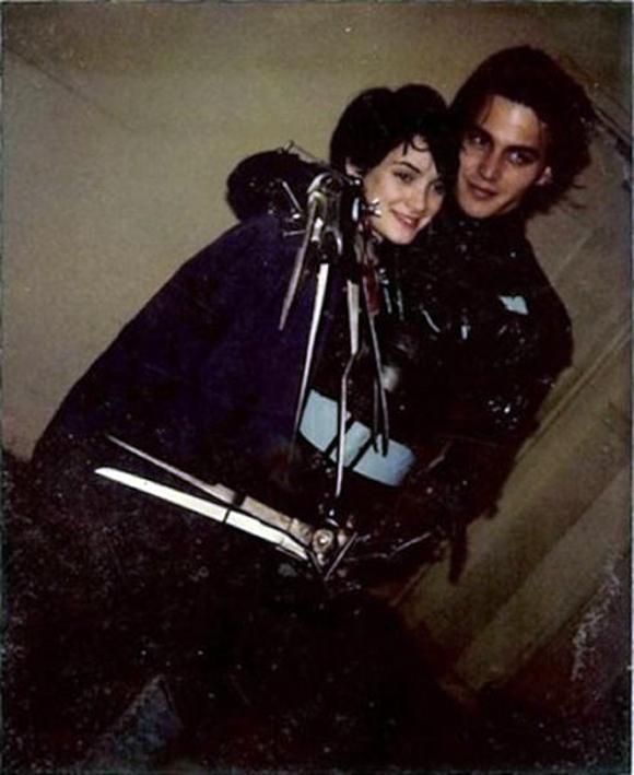 Johnny Depp y Winona Ryder abrazándose entre escenas de Eduardo manos tijeras.