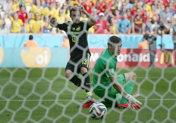 Juan Mata marca el 3-0 para España. El portero australiano Mathew Ryan observa cómo el balón se introduce en la red. ALEJANDRO RUESGA