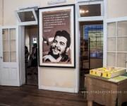 En 1927, Ernesto Guevara Lynch se casa con Celia De la Serna, para luego instalarse en Puerto Caraguatay (Misiones), lugar donde compraron unas plantaciones de yerba mate. Ante la llegada inminente del primogénito, el matrimonio decide viajar a Buenos Aires. Navegando por el Río Paraná hacen un alto obligado en la Ciudad de Rosario, y es allí que el 14 de junio de 1928 a las 3:05 horas, nace Ernesto Guevara De la Serna.  Los problemas bronquiales con los que nació se transformaron en asma. A fines de 1932 la familia de Ernestito, por consejo médico, se trasladó a Alta Gracia, buscando una solución para su enfermedad que lo acompañaría el resto de su vida. Foto: Laura Schneider