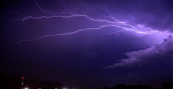 La velocidad de la luz. Pedro Manuel Hernández nos envia esta bella imagen desde Yaracuy, Venezuela, tomada en una noche de tormenta.
