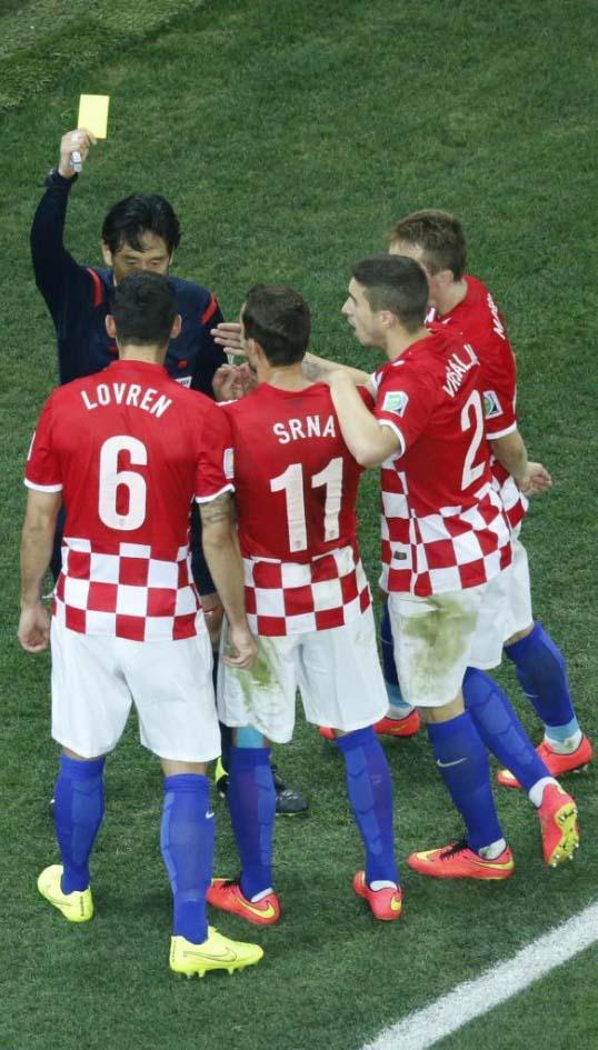 Los croatas se comen al árbitro luego de que pitara el penalti.
