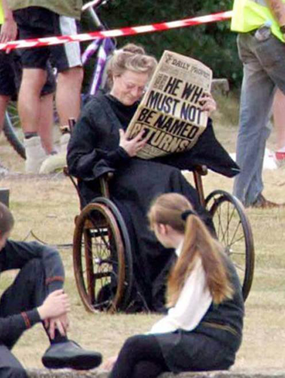Maggie Smith lee la prensa para relajarse durante un break entre las escenas de Harry Potter