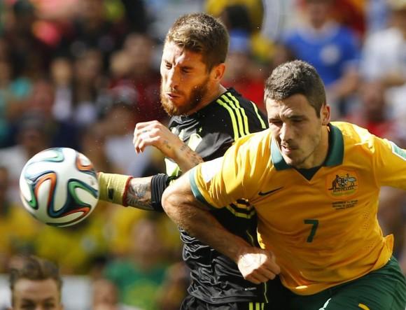 Sergio Ramos (i) y el jugador australiano Matthew Leckie chocan durante una carrera por hacerse con el balón. STEFANO RELLANDINI (REUTERS)