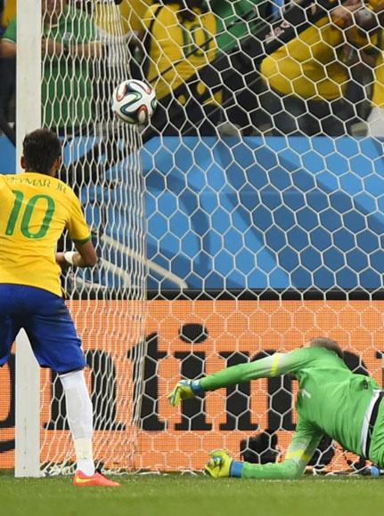Neymar transforma el penalti en el 2-1 para Brasil.