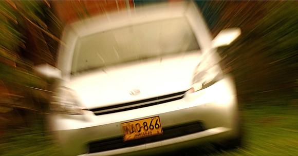 Oscar Alfonso Salazar Giraldo. Golpe de zoom a un carro estacionado. El foco de la foto está en los números de la placa.