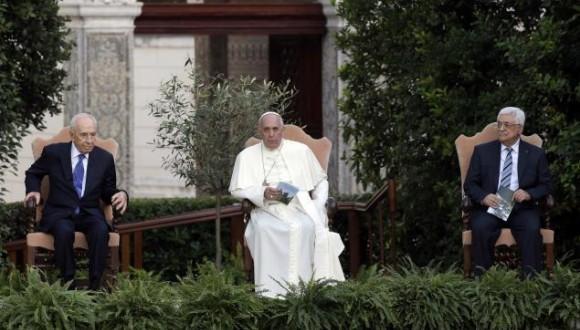 """El papa Francisco pidió este domingo a israelíes y palestinos –representados en los jardines del Vaticano por los presidentes Simón Peres y Mahmud Abbas— """"valor para decir sí al diálogo y no a la violencia"""", """"para derribar los muros de la enemistad y tomar el camino del diálogo"""", y apeló a la memoria de los hijos caídos en el conflicto de Oriente Próximo para rogarles un nuevo esfuerzo: """"Para conseguir la paz se necesita valor, mucho más que para hacer la guerra"""". Tanto Peres como Abbas coincidieron en que sus respectivos pueblos desean """"ardientemente"""" la paz. """"Una paz entre iguales"""", dijo el presidente israelí. """"Una paz para nosotros y para nuestros vecinos"""", insistió el líder palestino. Sólo se trató de un acto de encuentro y oración para invocar juntos la paz. El encuentro se ha cerrado con un abrazo y un intercambio de besos entre Peres y Abbas bajo la mirada complacida de Bergoglio. Luego, han plantado un olivo y se han retirado a la Academia de las Ciencias del Vaticano para hablar, ya en privado."""