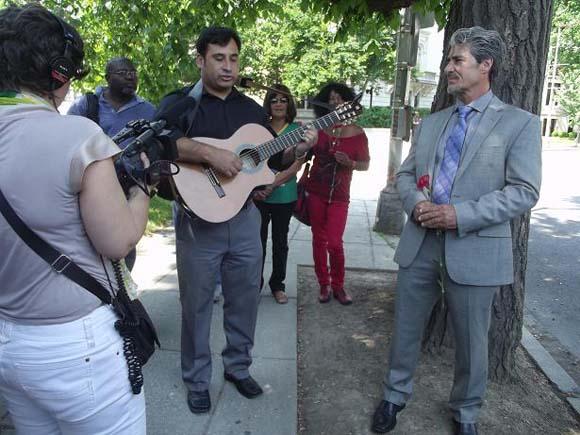 Patricio Zamorano canta a Letelier.