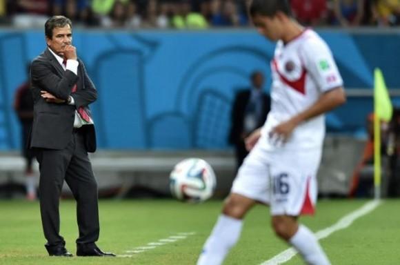 Pinto mira el partido contra grecia