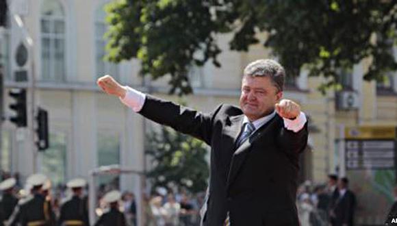 """El nuevo presidente, Petro Poroshenko, prometió en su discurso de investidura mantener la unidad de Ucrania, amenazada por la insurrección separatista en el este. Poroshenko, que ganó las elecciones el 25 de mayo con el 54.7 por ciento de los votos, prestó juramento ante el Parlamento y sobre la Constitución y el Evangelio. """"Asumo la presidencia para preservar y reforzar la unidad de Ucrania"""", dijo en su primer discurso."""
