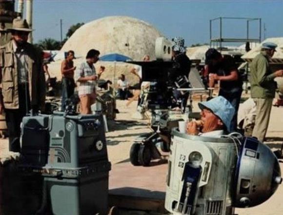 R2D2, el pequeño robot de Star Wars, tomando un sandwich para recuperar fuerzas