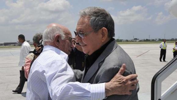 Raúl saluda a Machado