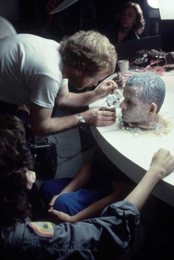 Ridley Scott vierte leche condensada sobre la cabeza de Ian Holm como maquillaje para una escena