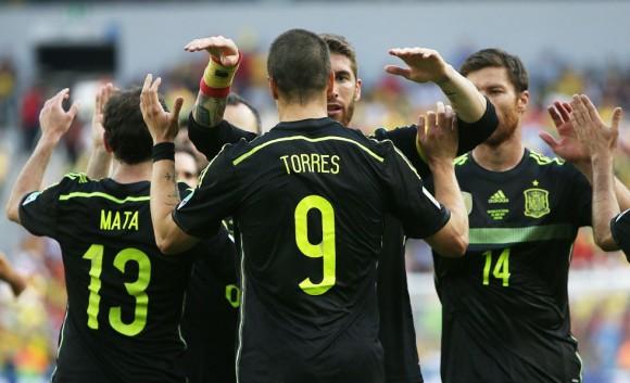 Sergio Ramos, en el centro, felicita a Fernando Torres, autor del primer gol, Junto a ellos, Juan Mata y Xabi Alonso. ALEJANDRO RUESGA