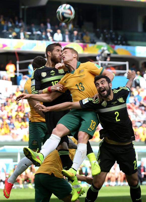 Sergio Ramos y Raúl Albiol pelean por un balón aéreo con el jugador australiano Oliver Bozanic. ALEJANDRO RUESGA