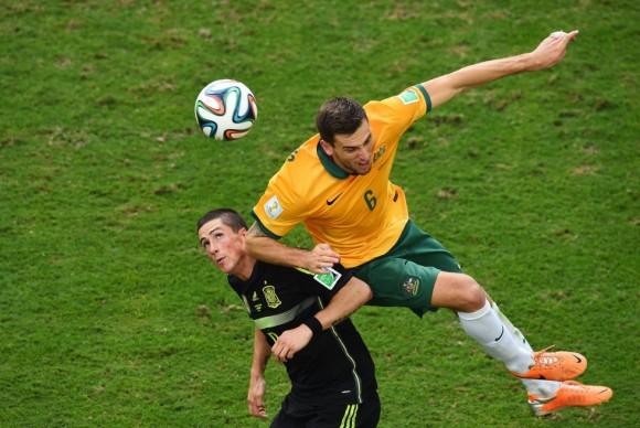 Matthew Spiranovic, de Australia, se impone a Fernando Torres en un lance del partido. DAVID RAMOS (GETTY IMAGES)