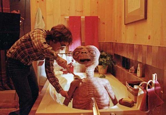 Steven Spielberg le da un baña a E.T.